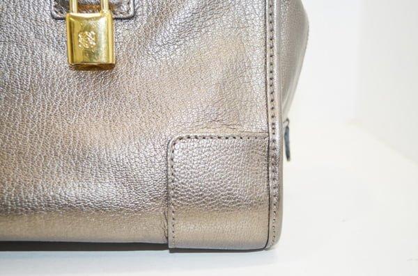 ロエベ・アマソナの鞄のクリーニング事例角のアップ